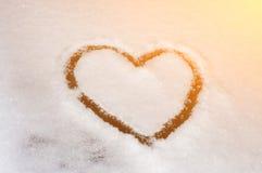 在白色画的心脏,天鹅绒,积雪的玻璃 库存照片