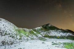 在白色白垩纪小山的繁星之夜天空 与白垩土坎的夜自然风景 库存图片