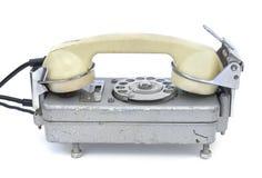 在白色的一个老转台式电话 免版税图库摄影