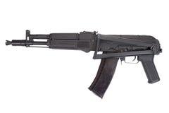 在白色的一杆新的现代卡拉什尼科夫攻击步枪 免版税库存照片