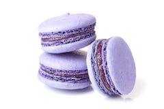 在白色的三紫罗兰色macarons 图库摄影
