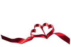 在白色的丝带心脏 免版税库存图片