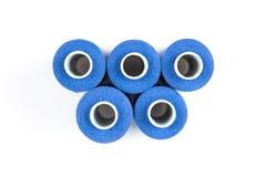 在白色的五蓝色缝合针线在白色背景盘绕 按钮画布亚麻布评定的剪刀设置了缝合的用品磁带 免版税库存图片