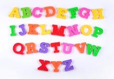 在白色的五颜六色的塑料字母表信件 库存图片