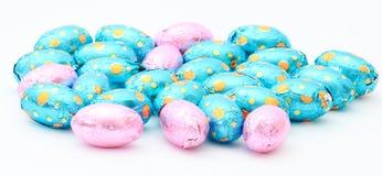 在白色的五颜六色的复活节彩蛋 免版税库存图片