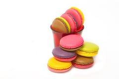 在白色的五颜六色的蛋白杏仁饼干 免版税库存照片