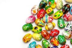 在白色的传统手画复活节彩蛋 春天样式 免版税库存照片