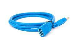 在白色的侧视图蓝色usb缆绳 库存图片