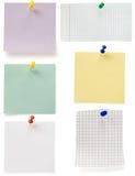 在白色的便条纸和大头钉 免版税库存照片