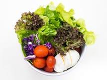 在白色的健康沙拉 免版税库存照片