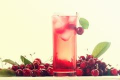 在白色的冷的酒精樱桃鸡尾酒 库存图片