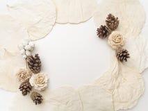 在白色的创造性的框架 平的位置,顶视图 圣诞节背景墙纸 图库摄影
