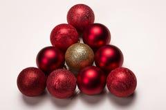 在白色的发光的红色和金子装饰xmas球 免版税图库摄影