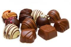 在白色的各种各样美好的巧克力,黑暗 免版税库存图片