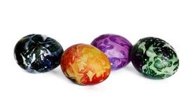 在白色的四个美丽的复活节彩蛋 免版税图库摄影