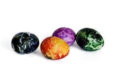 在白色的四个美丽的复活节彩蛋 免版税库存照片