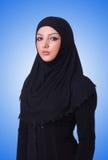 在白色的回教少妇佩带的hijab 免版税库存图片