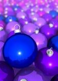 在白色的圣诞树球群 免版税库存图片