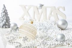 在白色的圣诞节装饰品 库存图片