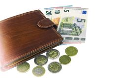 在白色的孤立 欧盟兑现 钞票5, 10, 20欧元 铸造一些 人` s褐色钱包 免版税库存照片