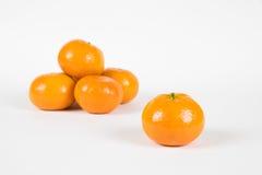 从在白色的小堆分离的柑桔 免版税库存图片