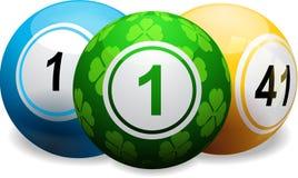 在白色的幸运的三叶草宾果游戏球 免版税库存图片
