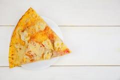 在白色的开胃热的chickeni薄饼 免版税库存图片