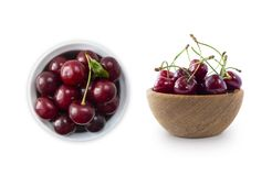 在白色的新红色樱桃位置隔绝了与拷贝空间的背景 在碗的樱桃 樱桃背景  在a的成熟樱桃 库存照片