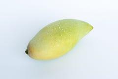 在白色的新鲜的被剥去的泰国芒果 免版税库存照片