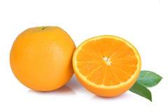 在白色的新鲜的黄色桔子 免版税库存图片
