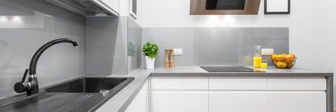 在白色的时髦的厨房内部 图库摄影