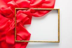 在白色的明亮的背景与红色布 免版税库存图片