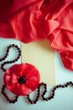 在白色的明亮的背景与红色布 免版税图库摄影