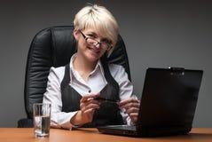 在白色的有吸引力的背景女实业家膝上型计算机 库存图片