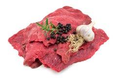 在白色的未加工的牛肉 免版税图库摄影