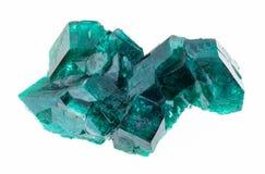 在白色的未加工的Dioptase (铜鲜绿色)水晶 免版税库存照片