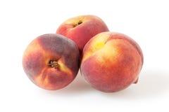 在白色的桃子与裁减路线 免版税库存照片