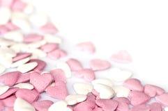 在白色的桃红色糖心脏 免版税库存图片