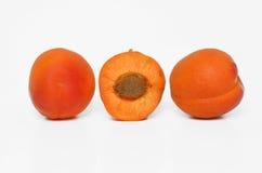 在白色的橙色杏子 库存照片