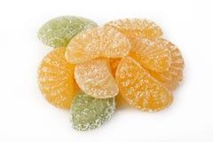 在白色的橙色果冻糖果 免版税库存图片