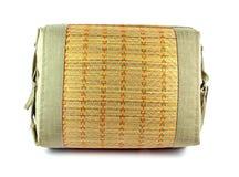 在白色的泰国织法枕头 免版税库存图片