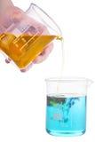 在白色的深蓝和橙色化学反应 库存照片
