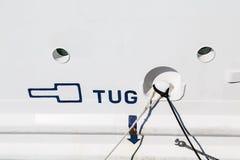 在白色的猛拉标志运输船身 免版税库存照片