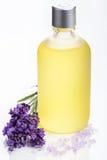 在白色的精油和淡紫色花 库存照片
