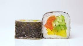 在白色的素食主义者素食寿司卷ratation,被隔绝 股票视频