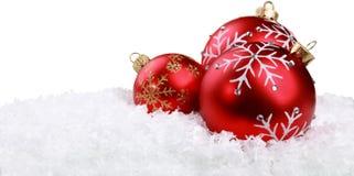 在白色的红色发光的装饰圣诞节球 库存照片
