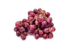 在白色的红色成熟葡萄 免版税库存图片