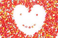在白色的红色星纸心脏形状微笑面孔 免版税库存照片