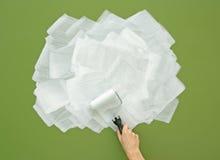 在白色的绘的绿色墙壁与漆滚筒 免版税图库摄影
