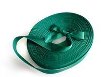 在白色的绿色丝带卷 免版税库存图片